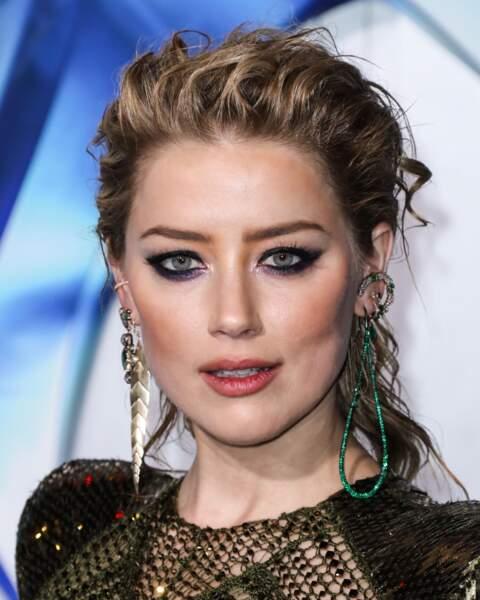 Amber Heard choisit un smoky noir et violine pour mettre ses yeux bleus en valeur