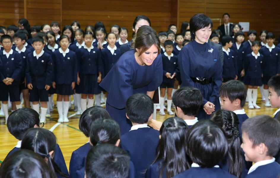 Melania Trump très chic en robe Dior pour rencontrer les élèves d'une école de calligraphie