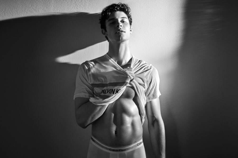 Le chanteur Shawn Mendes affiche ses abdos pour les nouveaux visuels Calvin Klein 2019.
