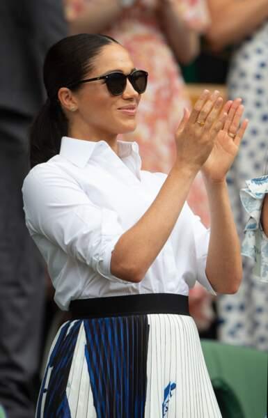Meghan Markle radieuse avec une queue-de-cheval et les cheveux plaqués à Wimbledon le 13 juillet 2019