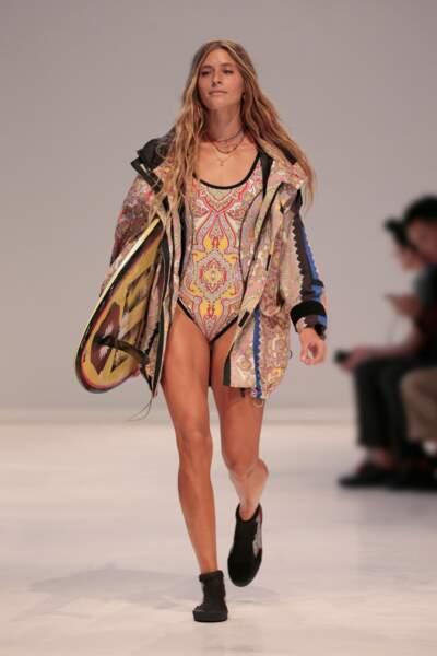 Etro imagine un maillot une-pièce aux motifs hippie, version seventies.