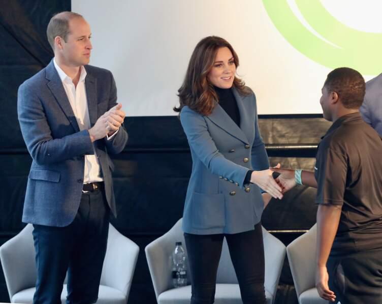 Kate Middleton très fine souriante, avec son mari William