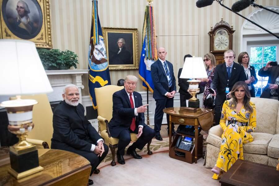 Juin 2017: en maxi robe jaune citron, de la maison Pucci, pour mieux se distinguer dans le Bureau ovale