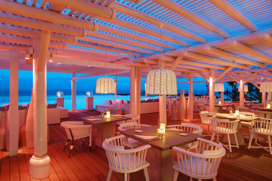Le Beach Rouge, un restaurant de plage, les pieds dans l'eau au LUX* Belle Mare à l'île Maurice