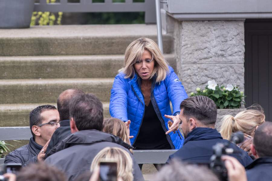 Brigitte Macron devant une foule de photographes