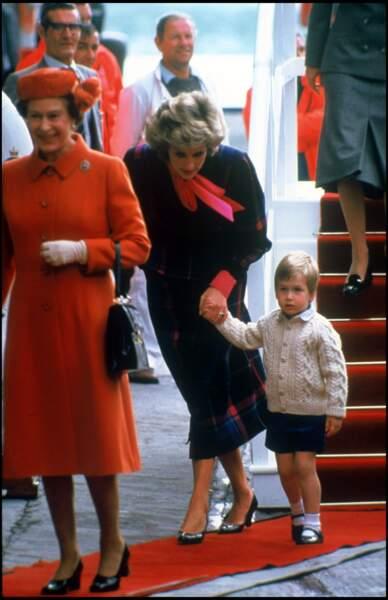 La reine Elizabeth, Lady Diana et le prince William lors d'une visite officielle en Écosse, en 1985