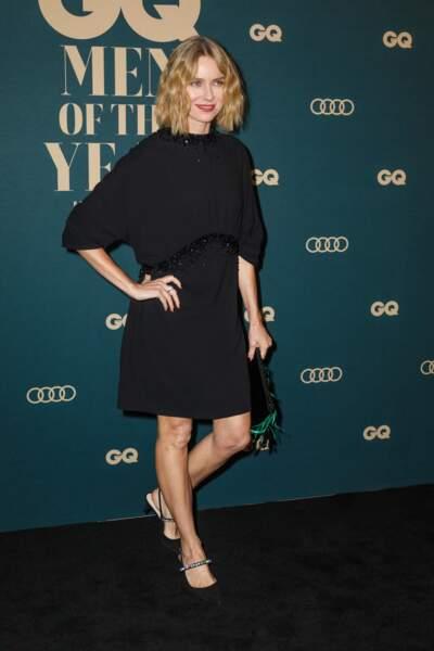 Une robe noire fluide avec des détails en sequins, glamour comme Naomi Watts