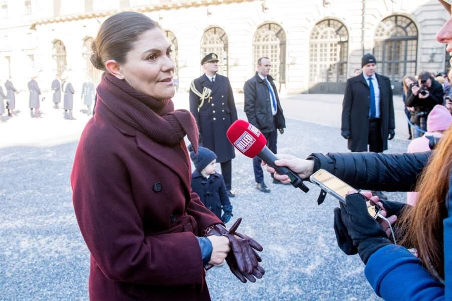 Pas téméraire, la princesse Victoria ne craint pas de répondre aux journalistes même les jours de #nomakeup