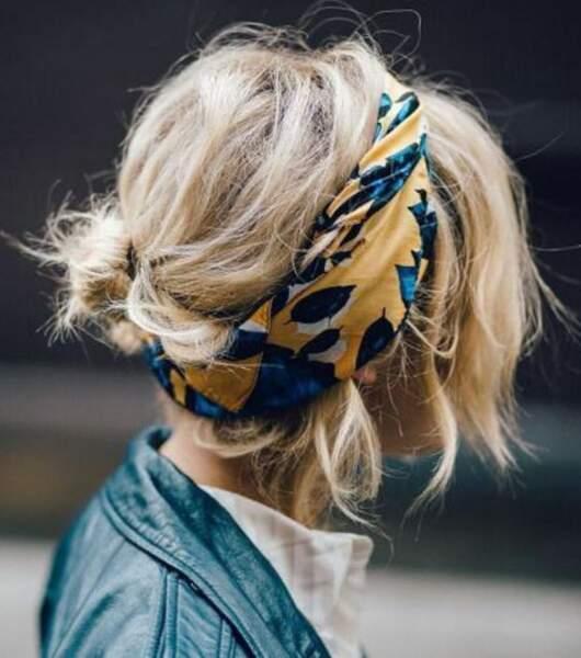 Le foulard porté en headband et quelques épingles pour remonté les longueurs dans la nuque. Et le tour est joué !