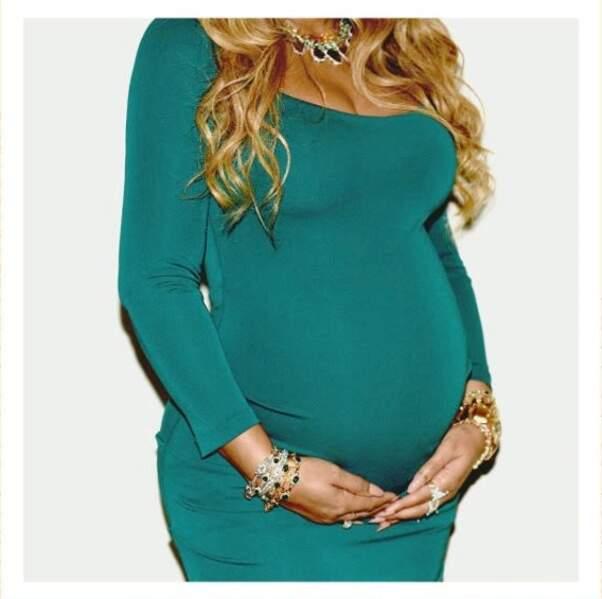 Les mains sur son ventre, Beyoncé est fière de sa grossesse
