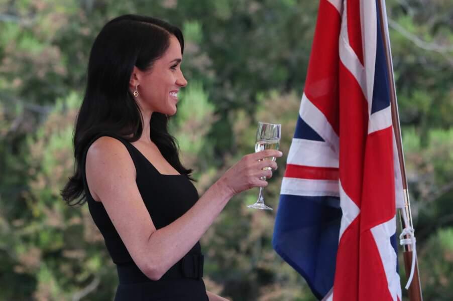 Meghan Markle souriante, une coupe de champagne à la main