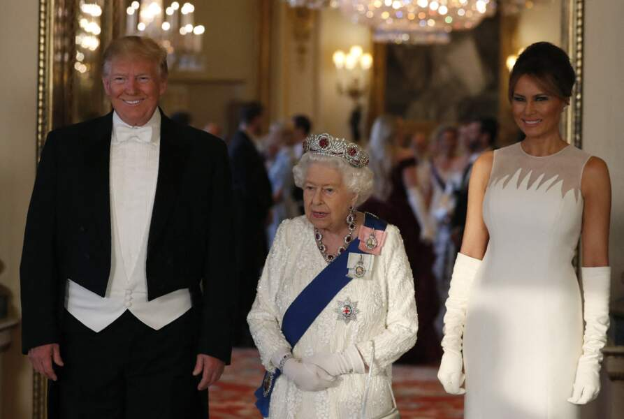 Donald et Melania Trump entourent la reine lors de leur visite officielle, à Buckingham, le 3 juin 2019.