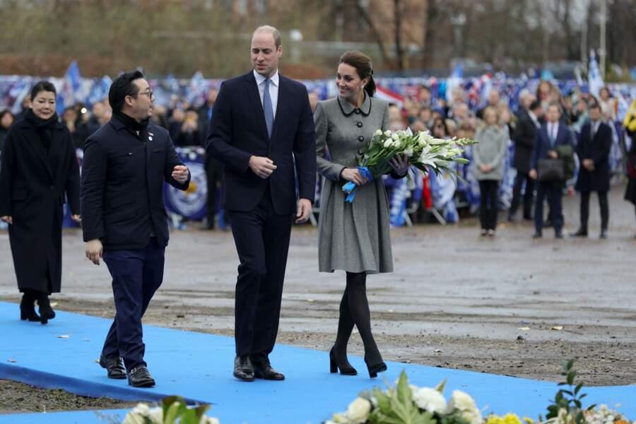 Kate Middleton très élégante avec un manteau gris au col Claudine comme Meghan Markle