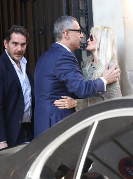 Laeticia Hallyday, tout sourire avec son avocat Ardavan Amir-Aslani, elle ne quitte jamais ses lunettes de soleil