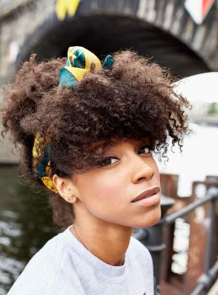Le foulard pour maîtriser une coupe afro