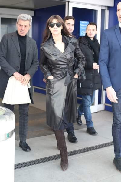 Monica Bellucci, mystérieuse et ténébreuse, à l'aéroport de Milan, le 19 février 2019.