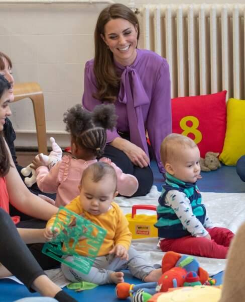 Kate Middleton semble avoir craqué pour les enfants du centre Henry Fawcett à Londres