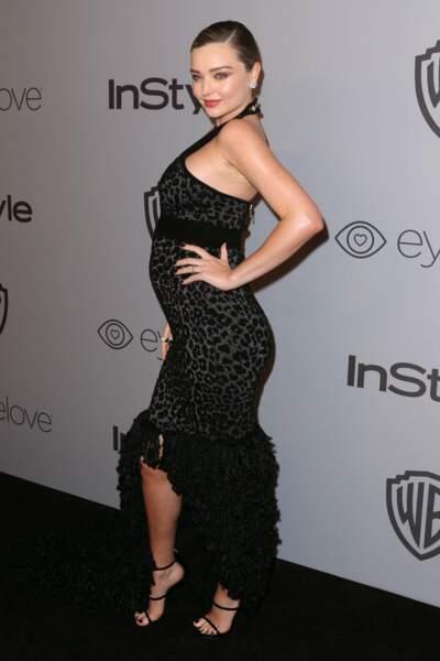 Miranda Kerr affiche un impressionant ventre rond dans une robe très moulante signée Balmain