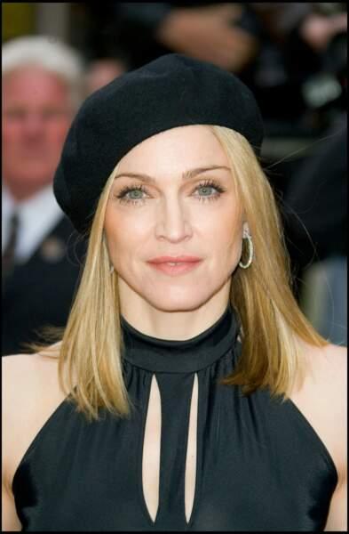 Madonna, et son carré long blond, coiffée d'un béret à Londres en 2005
