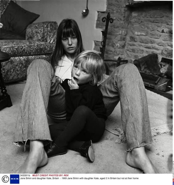 Jane Birkin et sa fille Kate, 2 ans, en Grande-Bretagne en 1969