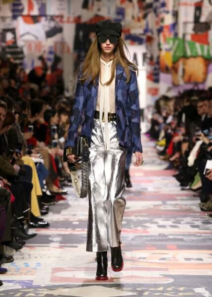 Un look eighties, mix de métallisé et de denim, s'assagit avec un petit sac en cuir à rabat chez Dior.