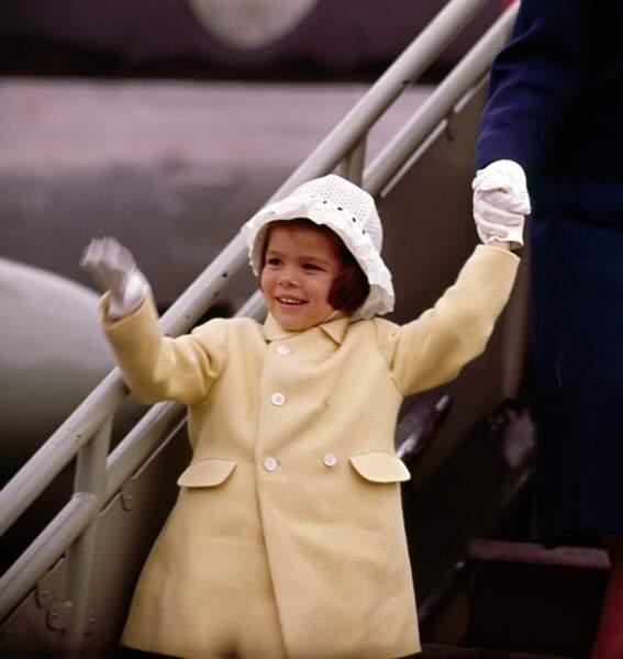 Caroline de Monaco, adorable dans un petit manteau jaune pastel, à l'aéroport de Dublin en 1961