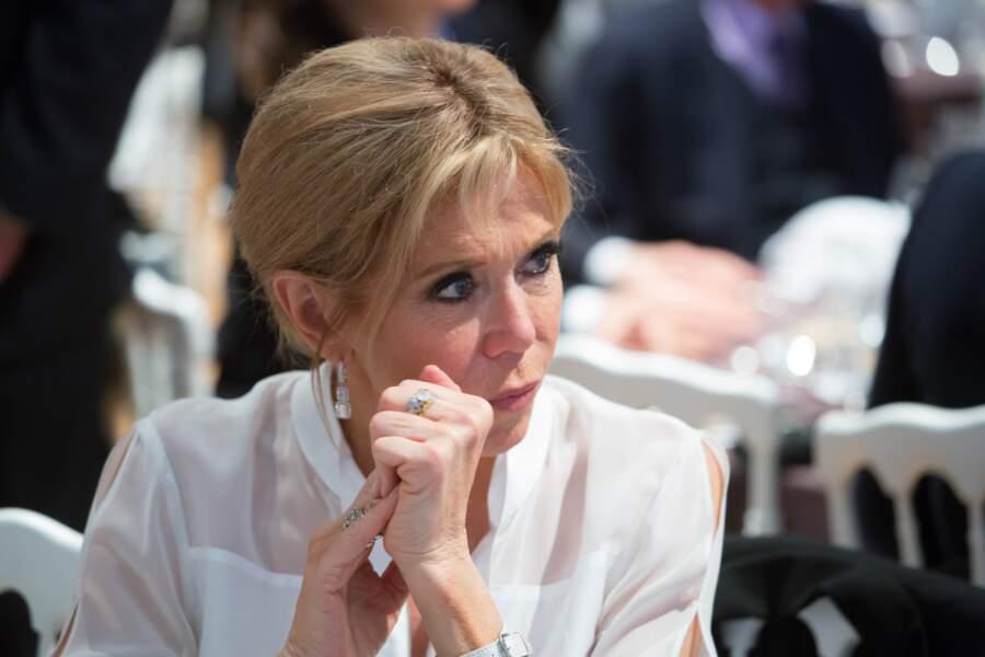 La Première Dame Brigitte Macron, très chic avec son célèbre chignon
