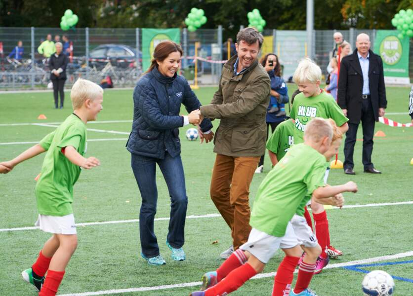 La princesse Mary et le prince Frederik de Danemark avec les enfants de l'association Klubfidusen, en 2013.