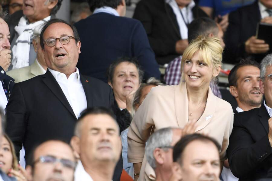 Julie Gayet regardait amoureusement son compagnon François Hollande
