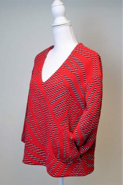 Le pull de Jenifer rouge à rayures psyché est en vente.