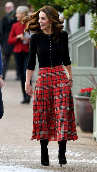 Kate Middleton ultra souriante tout en rouge et noir