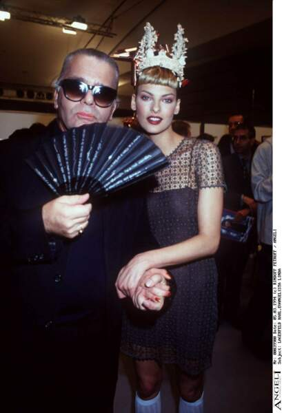 Karl Lagerfeld et Linda Evangelisa lors de la Fashion Week à Paris en 1994