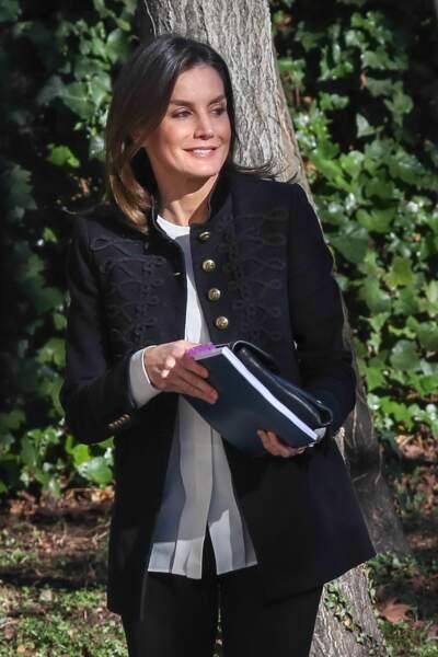 La reine Letizia d'Espagne à Madrid avec une veste d'esprit militaire noire signée Zara le 9 janvier à Madrid