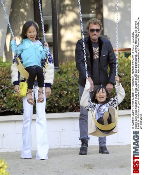 En avril 2013 Jade et Joy font de la balançoire lors d'une sortie à Malibu avec Johnny et Laeticia Hallyday