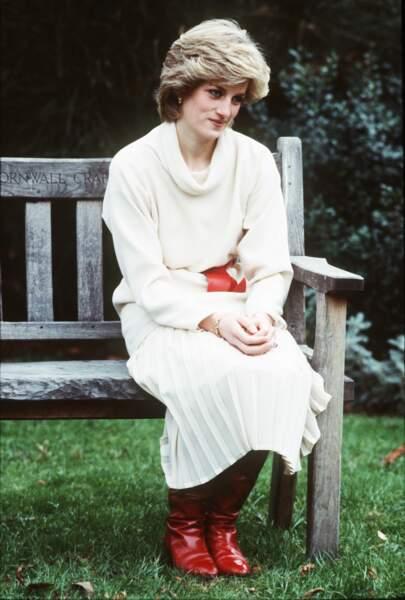 La princesse Diana, en pull col roulé blanc, dans les jardins du palais de Kensington en décembre 1983