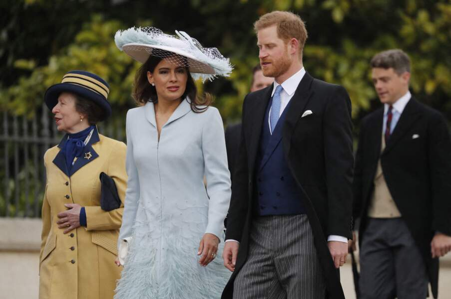 Le prince Harry arrive au mariage en compagnie de plusieurs membres de la famille royale.