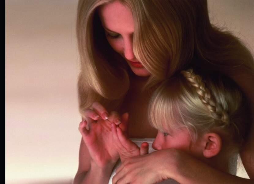 Maman et petites filles blondes partagent le même shampooing à la camomille