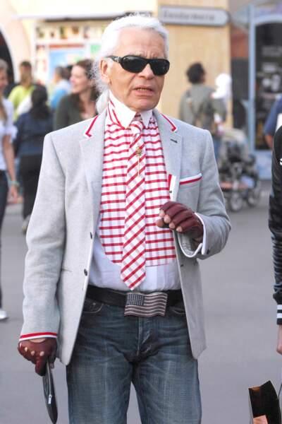 Karl Lagerfeld et ses fameuses mitaines en cuir, dans les rues de Saint Tropez en 2007