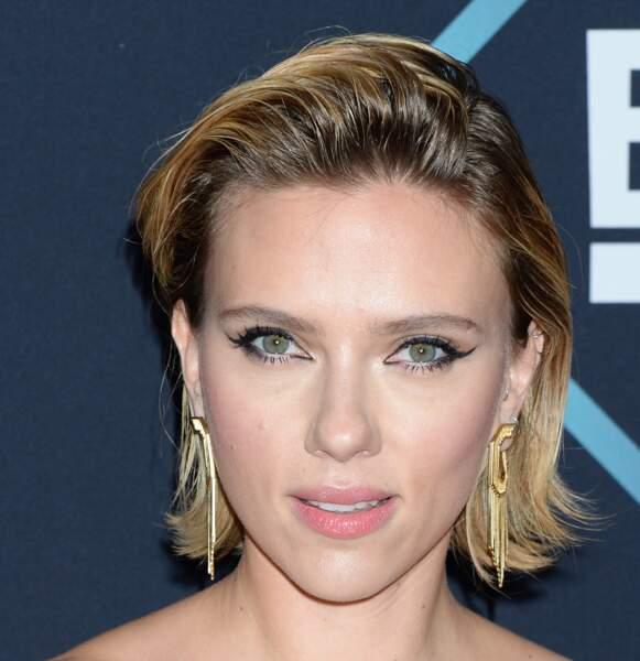 Effet mouillé subtil sur un carré court pour Scarlett Johansson