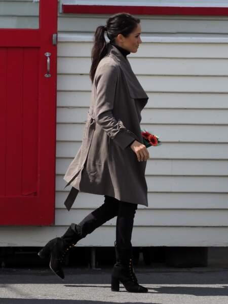 Meghan Markle enceinte avec une queue-de-cheval haute et stylée le 28 octobre
