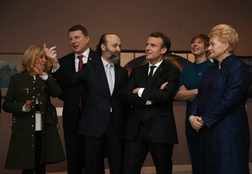 Brigitte Macron en manteau d'officier Louis Vuitton