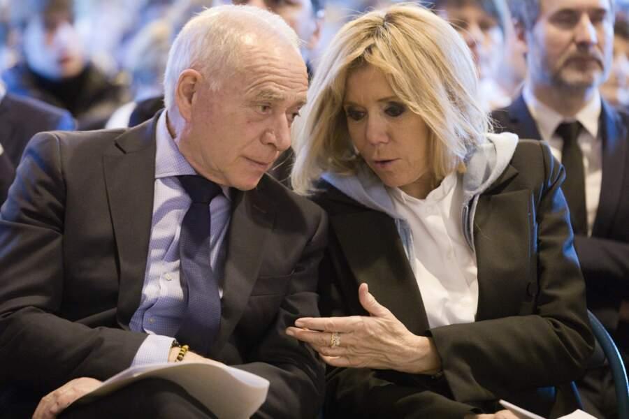 Brigitte Macron en pull à capuche