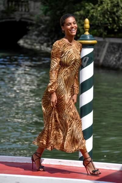 Robe vaporeuse et sourire généreux, la robe Twinset de Tina Kunakey n'a besoin d'aucun accessoire pour la sublimer.