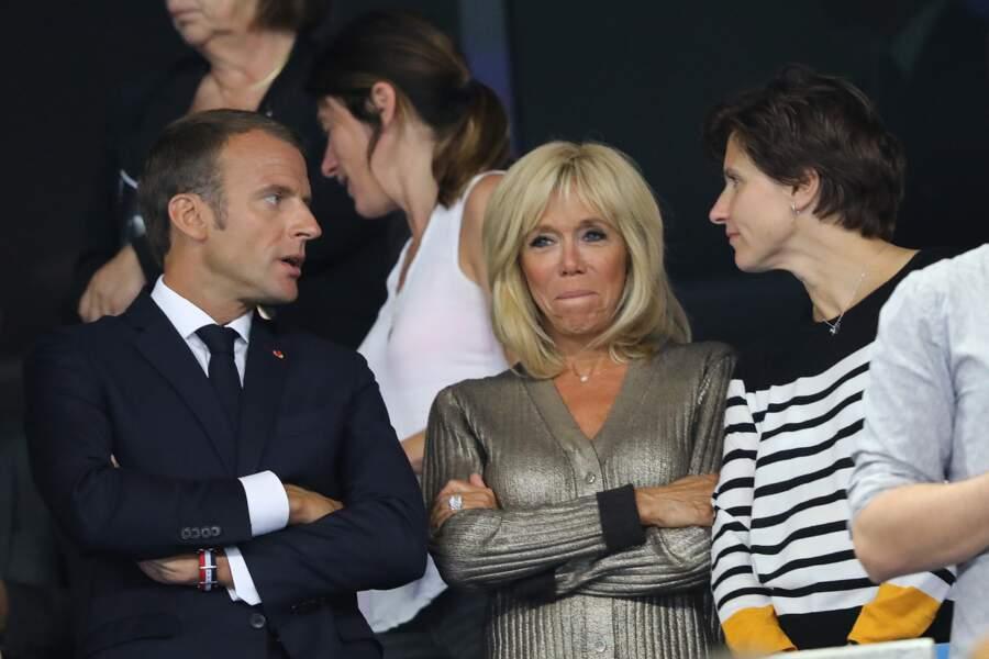 Brigitte Macron sort le grand jeu pour le match des Bleus avec un look Louis Vuitton et un collier Sarlane.
