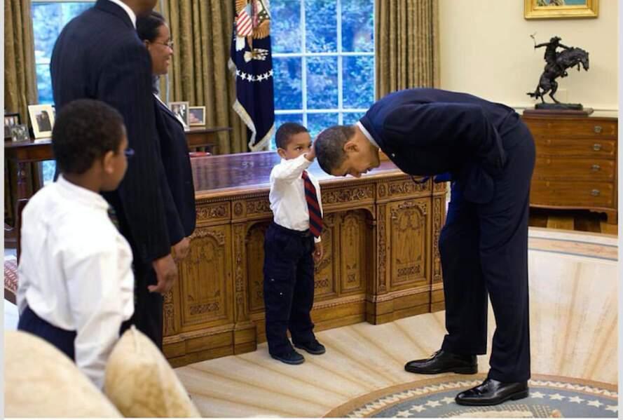Barack qui se fait toucher les cheveux par un jeune fan