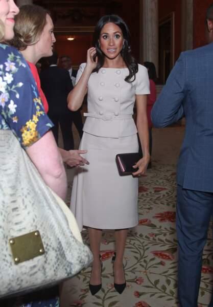 """Meghan Markle en robe Prada, aux """"Queen's Young Leaders Awards"""" à Londres le 26 juin 2018"""