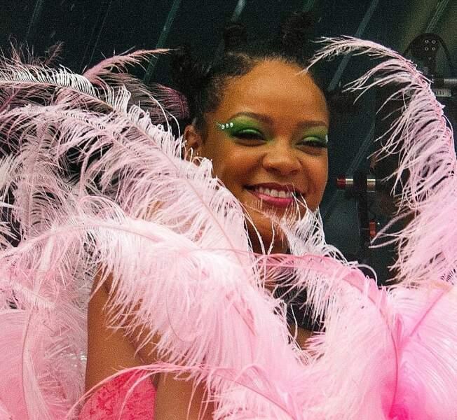 """Rihanna radieuse dans son costume """"bouquet de plumes"""""""