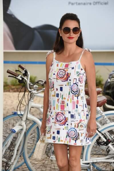 Penelope Cruz, en mode sexy vintage, lors du 72e festival de Cannes, le 17 mai 2019.