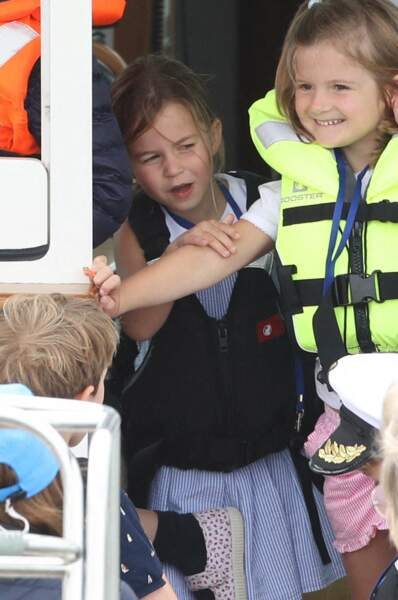 L'adorable Charlotte a quant à elle opté pour une robe rayée blanche et bleue, surmontée d'un gilet de sauvetage