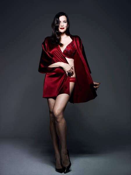 Total look en soie rouge pour Liv Tyler